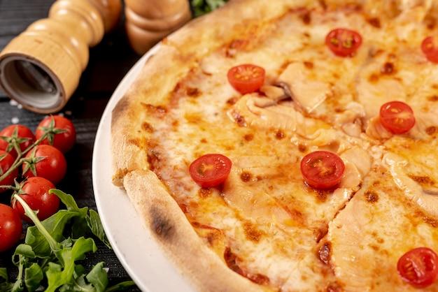 Close-upmening van heerlijke pizza op houten lijst