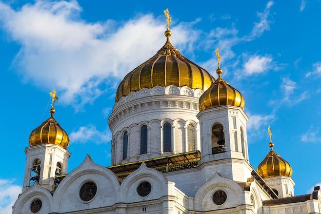 Close-upmening van kathedraal van christus de verlosservoorgevel in moskou met blauwe hemelachtergrond