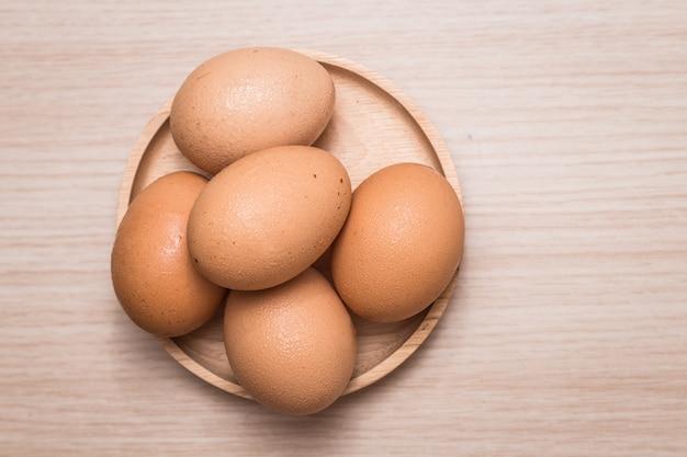 Close-upmening van kippeneieren op houten lijstachtergrond