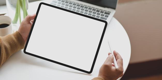 Close-upmening van lege het scherm horizontale tablet van de jonge mensenholding