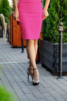 Close-upmening van mooie vrouwelijke benen op bestrating
