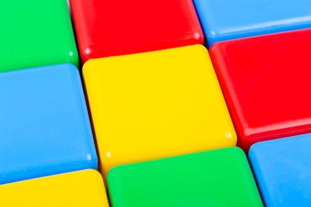 Close-upmening van plastic kleurrijke kubussen