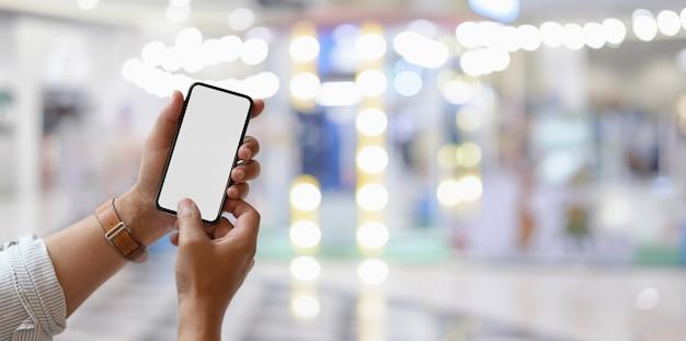Close-upmening van smartphone van het mensenholding lege scherm