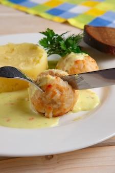 Close-upmening van vleesballetjes en fijngestampte aardappel