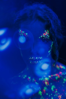 Close-upmening van vrouw met fluorescente samenstelling