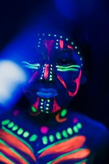 Close-upmening van vrouw met kleurrijke fluorescente samenstelling