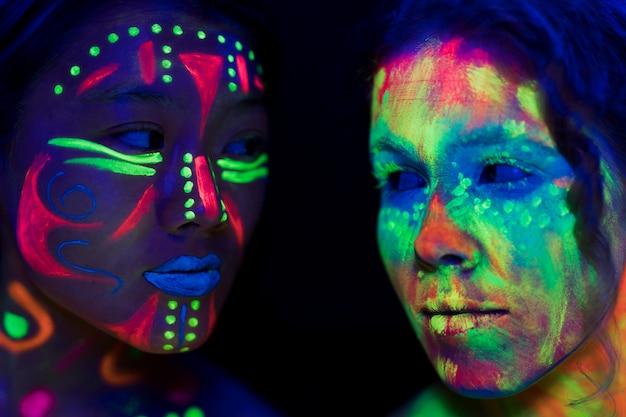 Close-upmening van vrouwen die elkaar bekijken
