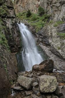 Close-upmening van watervalscènes in bergen, nationaal park dombay, kaukasus, rusland, europa. zomerlandschap en zonnige dag