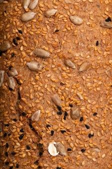 Close-upmening van zonnebloemzaden en papaverzaden op sandwichbrood als achtergrond