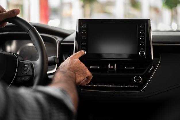 Close-upmens die autonavigatie proberen