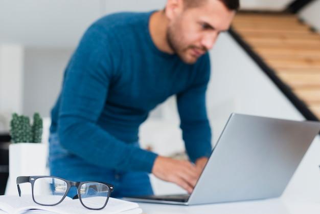 Close-upmens die laptop thuis met behulp van