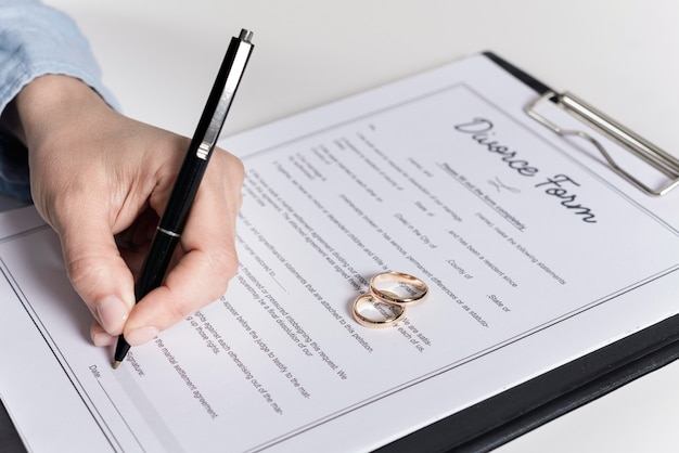 Close-upmens die scheidingsformulier ondertekenen