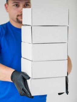 Close-upmens die zwarte handschoenen draagt