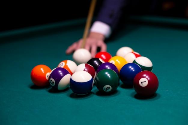 Close-upmens met poolrichtsnoer biljart