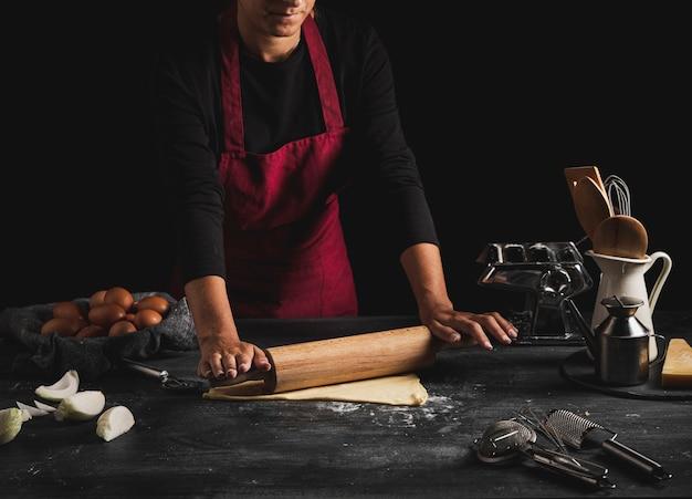 Close-upmens met schort het koken