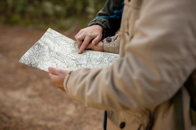 Close-upmensen die een kaart in openlucht lezen