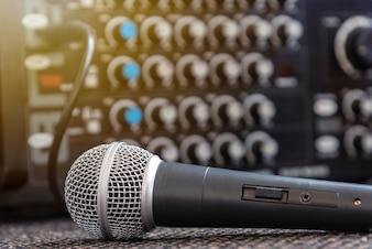 Close-upmicrofoon met vage correcte mixerachtergrond.
