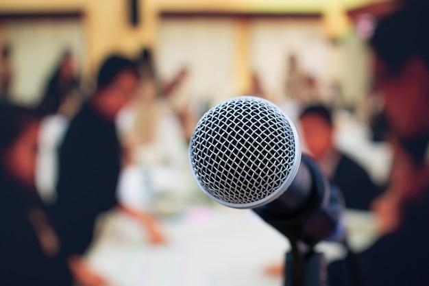 Close-upmicrofoons op samenvatting vaag van toespraak in vergaderzaal