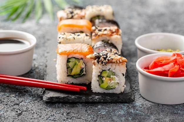 Close-upmix van makisushibroodjes met eetstokjes