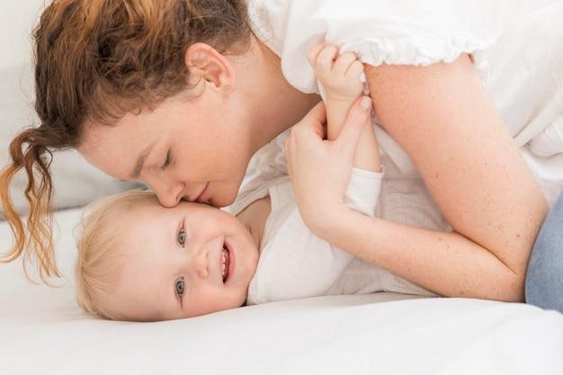 Close-upmoeder die haar kind kust
