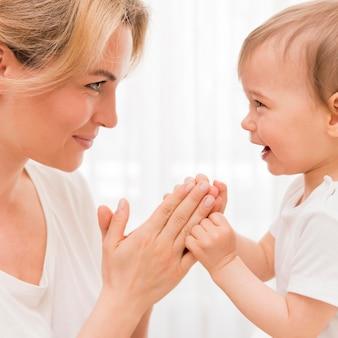 Close-upmoeder en baby die pret hebben