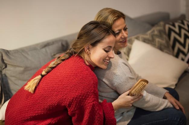 Close-upmoeder en dochter samen voor kerstmis