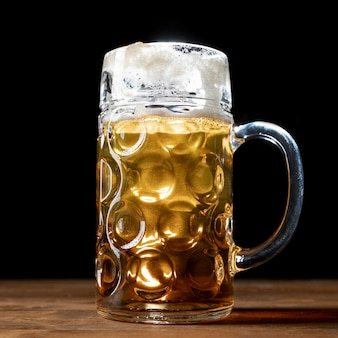 Close-upmok bier op een lijst
