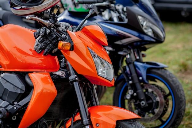 Close-upmotorfietsen die op het motorfietsparkeerterrein worden geparkeerd