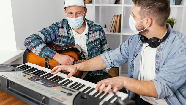 Close-upmuzikanten die medische maskers dragen