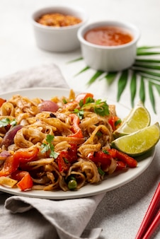 Close-upnoedels met groentenkruiden en eetstokjes