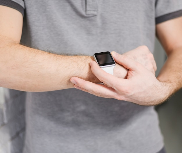 Close-upondernemer die slim horloge houden