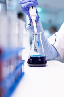 Close-uponderzoek van medische wetenschapper die met micropipet werkt