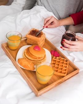 Close-upontbijt voor valentijnskaartendag