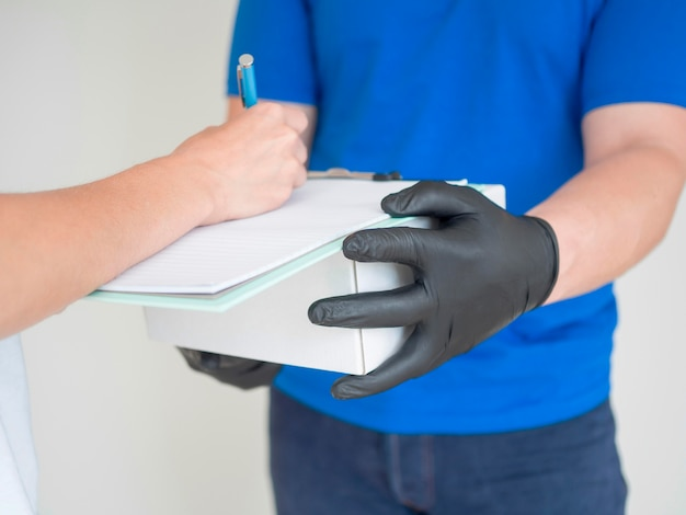 Close-upontvanger die voor pakket ondertekenen