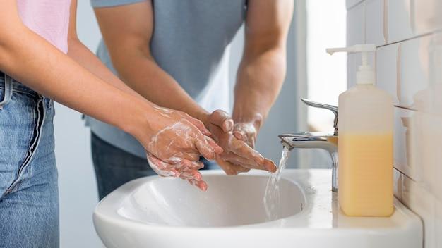 Close-upouders samen handen wassen