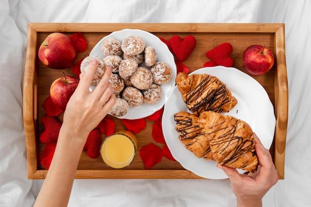 Close-uppaar met ontbijt op bed