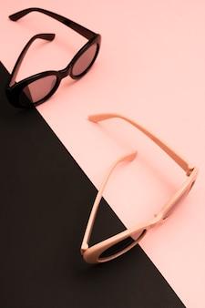 Close-upparen kleurrijke zonnebril