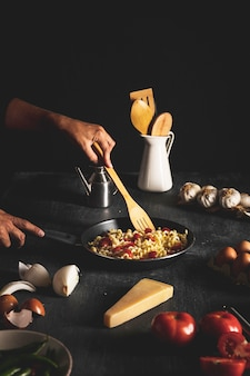 Close-uppersoon die deegwaren in pan mengen