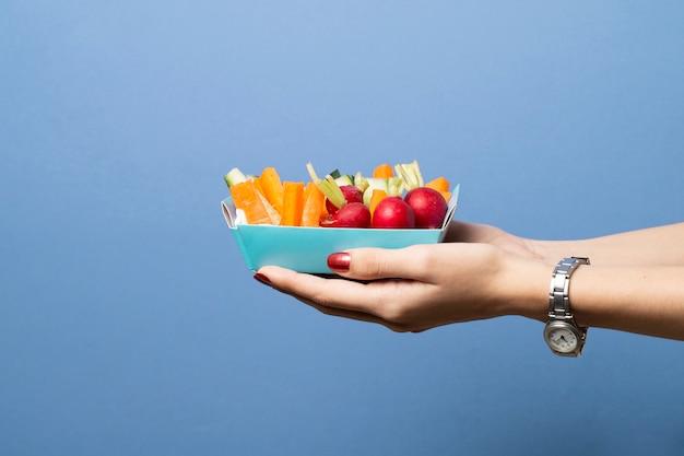 Close-uppersoon die gezond voedsel houdt