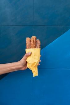 Close-uppersoon die voedsel met blauwe achtergrond steunt