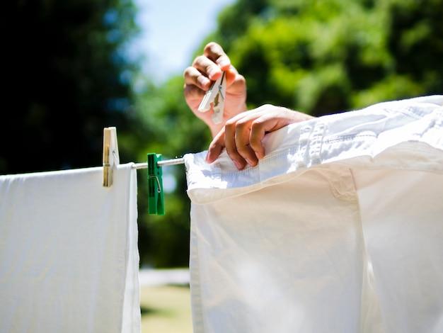 Close-uppersoon die witte jeans op de lijn hangt