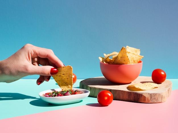 Close-uppersoon met tortillachips en saus