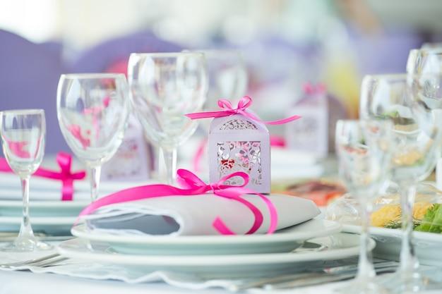 Close-upplaat voor huwelijksbanket dat wordt verfraaid