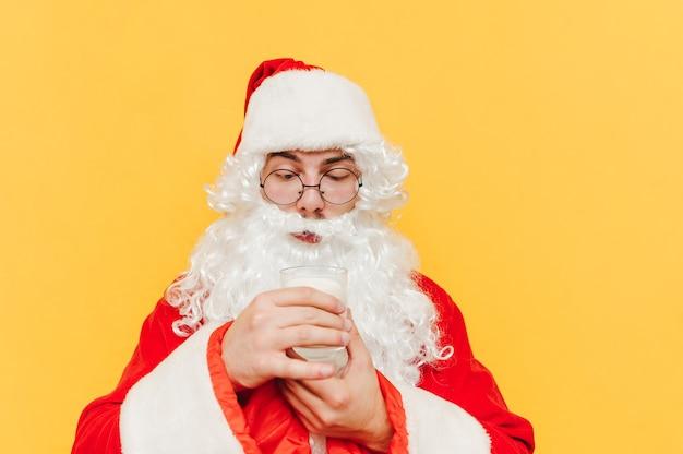 Close-upportret die van de kerstman een glas melk houden