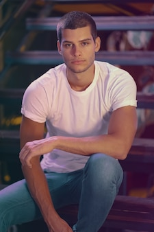 Close-upportret van aantrekkelijk mannelijk model. jonge knappe man in een bar