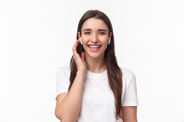 Close-upportret van aantrekkelijke glimlachende gelukkige vrouw