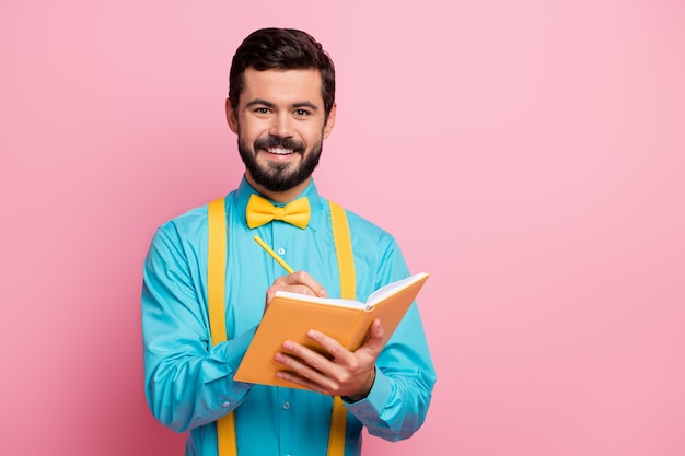 Close-upportret van blij vrolijk bebaarde kerel die plan schrijft