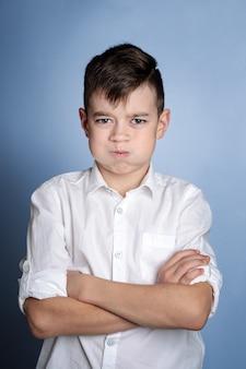 Close-upportret van boze jonge jongen. negatieve menselijke emoties, gezichtsuitdrukkingen, gevoelens van reactie op relaties