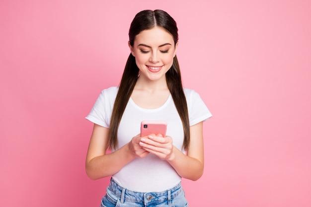 Close-upportret van charmant meisje dat apparaat 5g-telefoon gebruikt