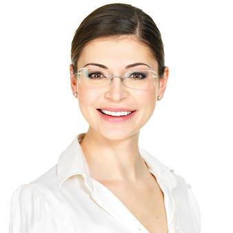 Close-upportret van de mooie gelukkige jonge vrouw in glazen en wit bureauoverhemd dat op witte achtergrond wordt geïsoleerd